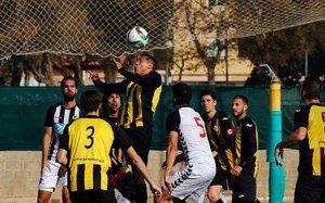 Amarilla despeja un balón con la cabeza. La actuación del jugador paraguayo está bajo sospecha