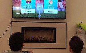 Luis Suárez y Coutinho jugando al FIFA 16