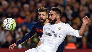 Piqué y Carvajal disputan un balón durante el Clásico en el Camp Nou el pasado abril