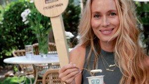 Vanessa Lorenzo, junto a los yogures ecológicos