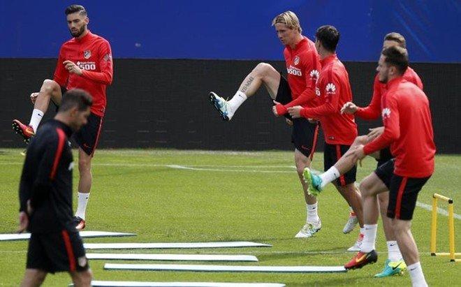 Carrasco, a la izquierda,se entren� en el Vicente Calder�n a cuatro d�as de la final