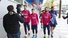 Messi, Pique y Arda Turan, junto a los ni�os