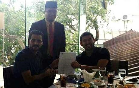 Güiza -izquierda-, mostrando su contrato junto al presidente del Johor
