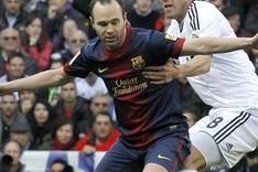 Iniesta, en un lance del partido con Kaká