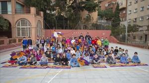 Los jugadores del Barça Lassa durante su visita a los niños de lEscola del Mar