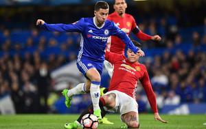 Eden Hazard supera al defensa Marcos Rojo en el partido de cuartos de final de la FA Cup entre el Chelsea y el Manchester United en Stamford Bridge