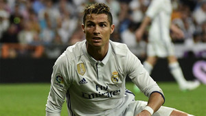 Cristiano Ronaldo en un momento del clásico entre el Real Madrid y el Barça de la Liga 2016/17 en el Santiago Bernabéu