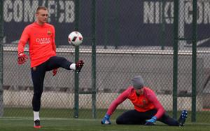 Jasper Cillessen y Marc-André Ter Stegen durante un entrenamiento del FC Barcelona