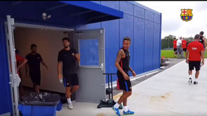 Neymar, Luis Suárez y Leo Messi saliendo al campo de entrenamiento este domingo