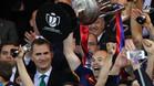 GRA427. MADRID, 22/05/2016.- El capit�n del FC Barcelona Andr�s Iniesta (d), junto al rey Felipe VI, levanta la Copa del Rey tras vencer en la final al Sevilla FC por 2-0, esta noche en el estadio Vicente Calder�n, en Madrid. EFE/JuanJo Mart�n