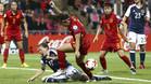 España coquetea con el desastre pero se mete en cuartos gracias a Inglaterra