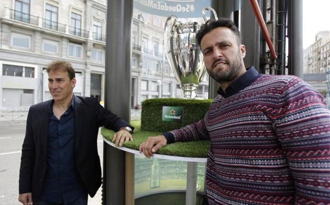 Kiko, a la derecha, posa con el exmadridista Mart�n V�zquez con una r�plica de la Champions