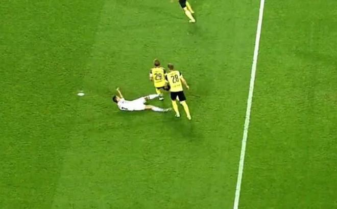 Momento en el que Cristiano Ronaldo suelta la patada a Marcel Schmelzer, zaguero del Borussia Dortmund