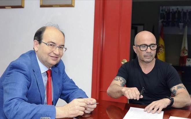 Sampaoli y Jos� Castro sellaron el contrato