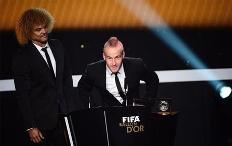 Miroslav Stoch recibe el premio de Carlos Valderrama
