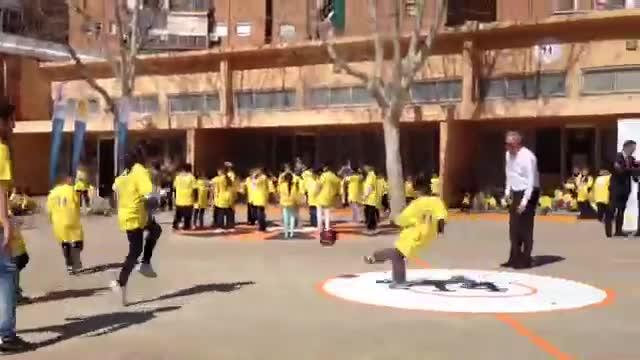 Josep Maria Bartomeu y Johan Cruyff inauguran el Pati 14 en la escuela CEIP Seat Zona Franca