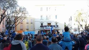 El equipo, en el balcón del Ayuntamiento de Sant Boi