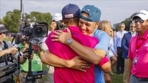 Jordan Spieth fue de los primeros en felicitar a Justin Thomas por su triunfo en el PGA