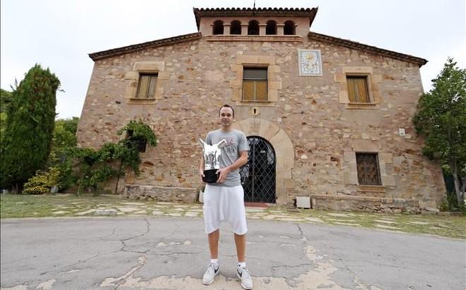 Andr�s Iniesta, delante de La Masia, con su trofeo al mejor jugador de la Champions League 2012