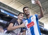 Diego Reyes, posando con los aficionados en su presentaci�n como nuevo jugador del Espanyol