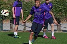Neymar, Sergi Roberto y Thomas Vermaelen durante un entrenamiento del FC Barcelona en la Ciudad Deportiva Joan Gamper
