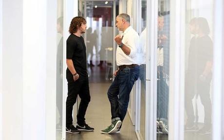 Puyol, departiendo cn Zubizarreta en el pasillo de las oficinas de Sant Joan Desp�