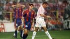Roger García y Fernando Hierro en el Bernabéu en la temporada 95-96. Ambos equipos terminaron en tablas (1-1). El Madrid llegaba clasificado en la decimotercera posición y el Barça en la tercera.