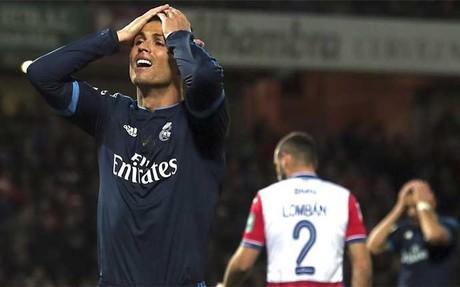 Cristiano Ronaldo se lamenta de una ocasi�n fallada en el Granada-Real Madrid
