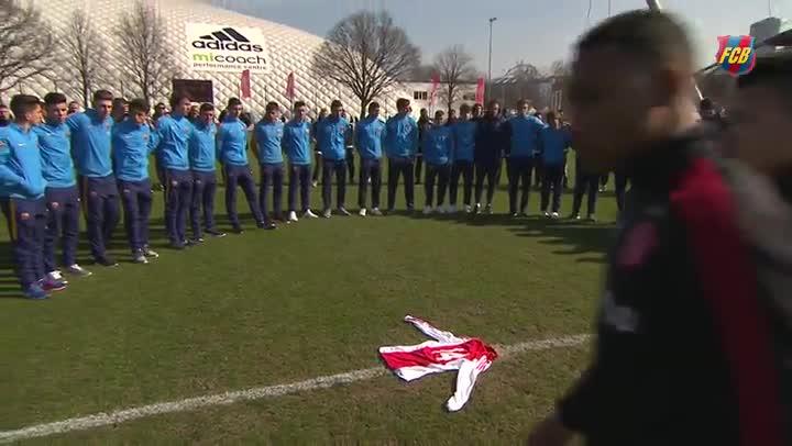 Precioso homenaje del Juvenil B a Johan Cruyff en el Amsterdam Arena