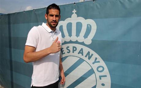 Kiko Casilla posando con el escudo del Espanyol
