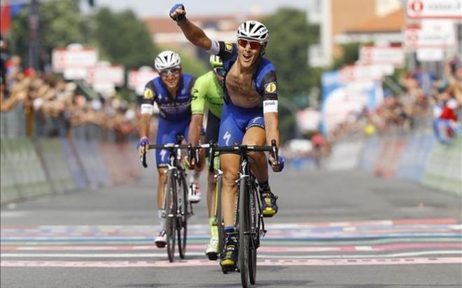 Matteo Trentin celebra la victoria al esprint para alegr�a de su compa�ero Brambilla