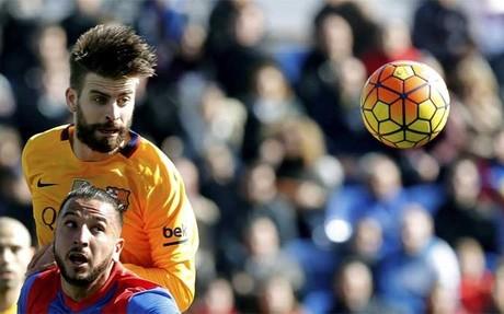 Piqu� en una acci�n del Levante-FC Barcelona (0-2). Contundencia, efectividad y compromiso elevan al central a la categor�a de imprescindible