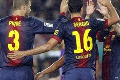 Sergio Busquets celebra con sus compaeros el gol ante el Valladolid