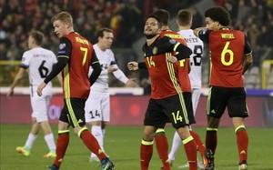 Dries Mertens celebra uno de los tres goles anotados en la victoria de Bélgica sobre Estonia (8-1)