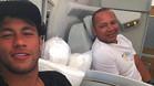 Neymar y su padre, en un avión