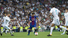Leo Messi en acción rodeado de jugadores del Real Madrid en el clásico de la Supercopa de España 2017 en el Santiago Bernabéu