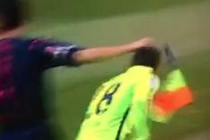 Jordi Alba acab� en el suelo tras recibir el impacto