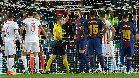 El árbitro expulsó a Piqué por intentar marcar con la mano