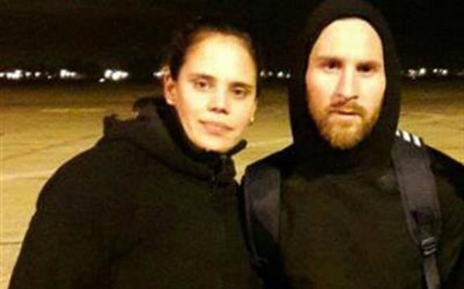 Leo Messi con una seguidora en el aeropuerto de Rosario
