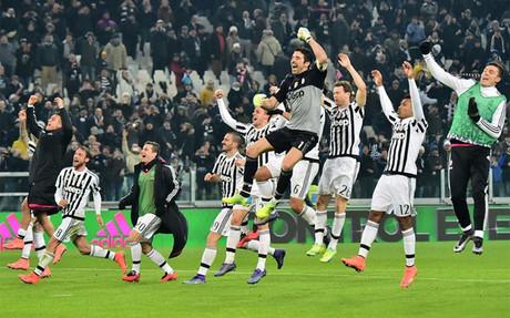 Los jugadores de la Juventus celebraron el liderato con sus aficionados
