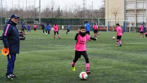Uno de los ejercicios que practicaron los niños sobre el césped del CF Santa Eugènia de Girona