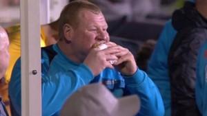 Shaw, zampándose una empanadilla en pleno partido contra el Arsenal