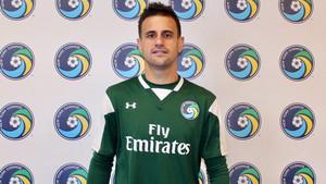 Javi Márquez posa con la camiseta de su nuevo club