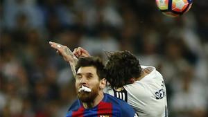 Messi, pugnando un balón con Ramos