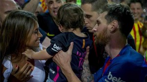 Antonella Roccuzzo, junto a Leo Messi y su hijo Mateo