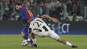 Messi se escapa de Dybala en una acción del Barcelona - Juventus