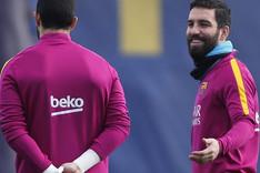 Arda Turan bromea con Bravo durante el entrenamiento de este s�bado en la Ciutat Esportiva