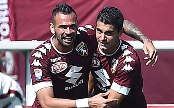 Falqu�, a la derecha, recibe la felicitaci�n del brasile�o Leandro Cast�n