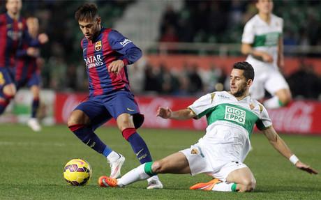 Neymar controla un bal�n durante el Elche-Bar�a de la Liga 2014-15