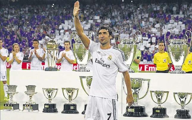 Ra l coron su homenaje con un gol vestido de blanco for Puerta 23 bernabeu
